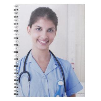 Retrato de la enfermera en hospital cuadernos