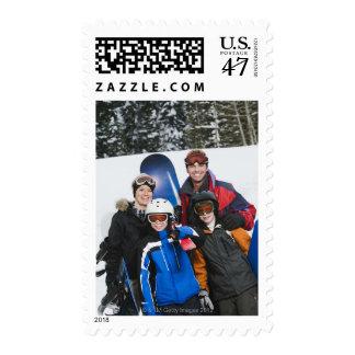 Retrato de la familia con las snowboard estampillas