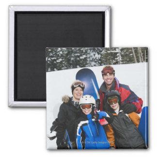 Retrato de la familia con las snowboard imán para frigorifico