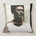 Retrato de la materia textil de Frida Kahlo Cojín Decorativo