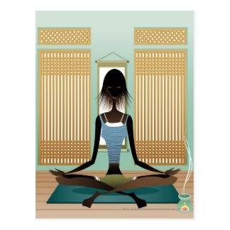 Retrato de la mujer joven que hace yoga tarjeta postal