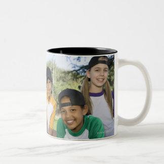Retrato de los jugadores de béisbol del chica taza de dos tonos