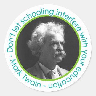 Retrato de Mark Twain con los pegatinas de la cita Pegatina Redonda