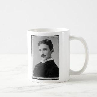 Retrato de Nikola Tesla Taza Básica Blanca