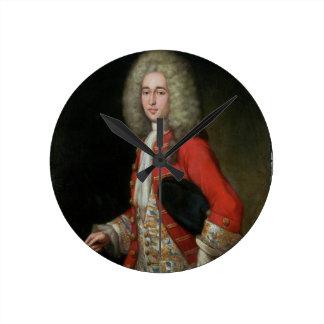 Retrato de tres cuartos de la longitud de un cabal reloj redondo mediano