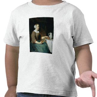Retrato de un chica asentado en una tabla camisetas