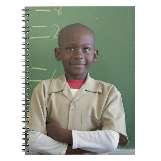 Retrato de un colegial en la sala de clase libro de apuntes
