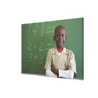 Retrato de un colegial en la sala de clase impresión en lienzo estirada