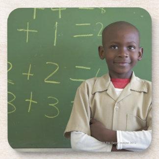 Retrato de un colegial en la sala de clase posavaso