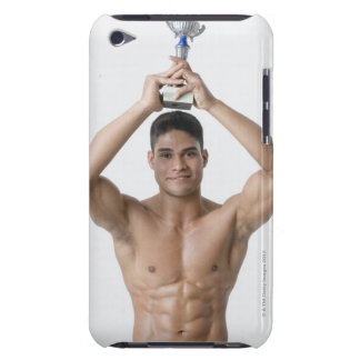 Retrato de un hombre joven que sostiene un trofeo iPod touch Case-Mate cobertura