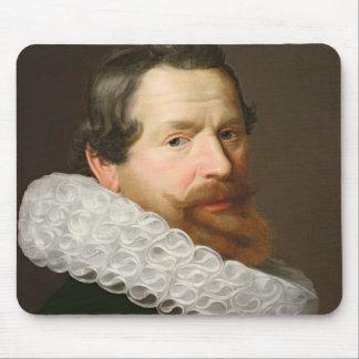 Retrato de un hombre que lleva un acerino mousepads