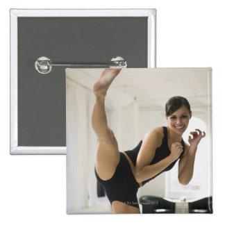 Retrato de un retroceso con el pie de la mujer pin cuadrada 5 cm