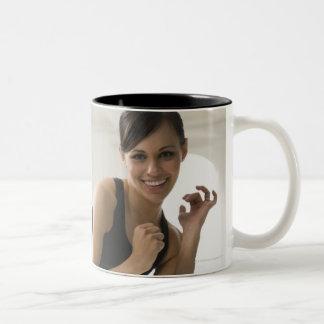 Retrato de un retroceso con el pie de la mujer taza de café