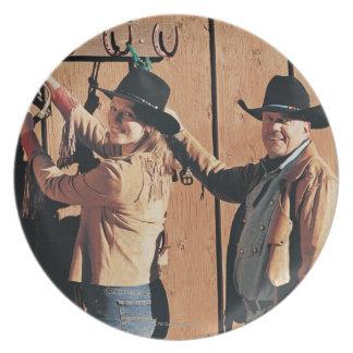 Retrato de un vaquero y de una vaquera que arregla plato