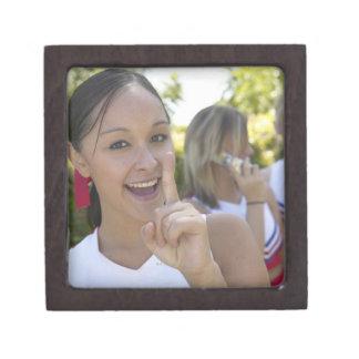 Retrato de una animadora adolescente que sostiene caja de joyas de calidad