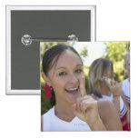 Retrato de una animadora adolescente que sostiene pin cuadrado