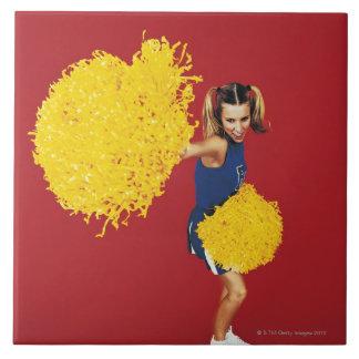 Retrato de una animadora que sostiene Pom-poms Azulejo Cuadrado Grande