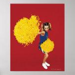 Retrato de una animadora que sostiene Pom-poms Póster