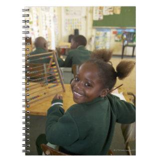 Retrato de una colegiala joven que sonríe, KwaZulu Cuadernos