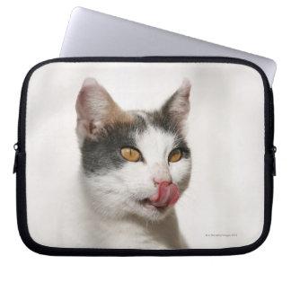 Retrato de una lamedura blanca del gato funda computadora
