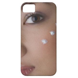 Retrato de una mujer joven con crema en ella iPhone 5 carcasa