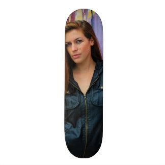 Retrato de una mujer joven tabla de patinar