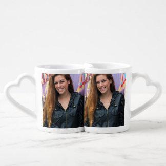 Retrato de una mujer joven tazas para enamorados