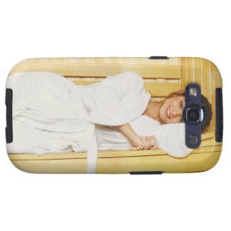 Retrato de una mujer joven que miente en una sauna galaxy s3 fundas