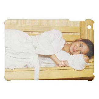 Retrato de una mujer joven que miente en una sauna