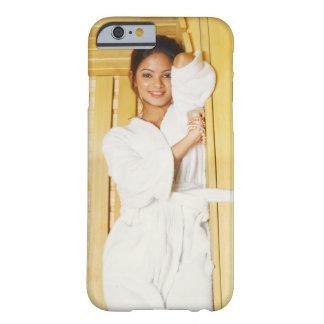 Retrato de una mujer joven que miente en una sauna funda para iPhone 6 barely there