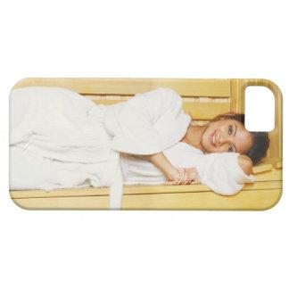 Retrato de una mujer joven que miente en una sauna iPhone 5 funda