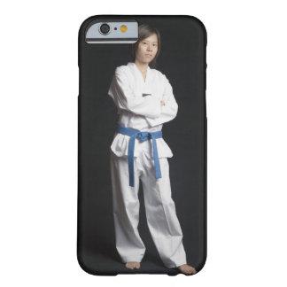 Retrato de una mujer joven que se coloca con sus funda de iPhone 6 barely there