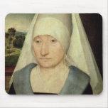 Retrato de una mujer mayor (aceite en el panel) alfombrillas de ratón