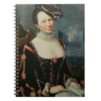 Retrato de una mujer que lleva a cabo una partitur libretas espirales