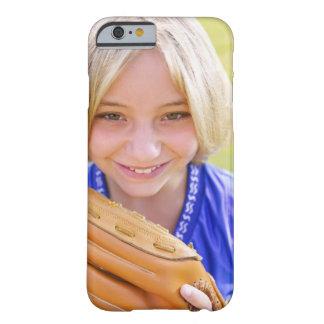 Retrato del alto ángulo de una sonrisa del jugador funda para iPhone 6 barely there
