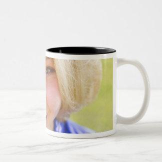 Retrato del alto ángulo de una sonrisa del jugador tazas de café
