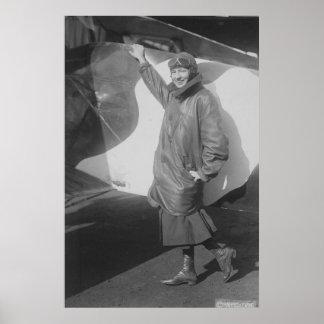 Retrato del aviador de sexo femenino Marjorie Stin Poster