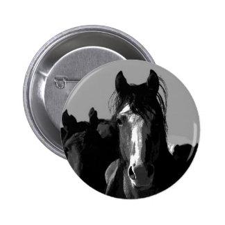 Retrato del caballo negro y blanco pin redondo de 2 pulgadas