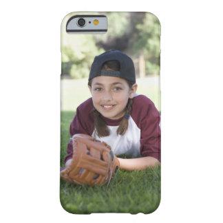 Retrato del chica que miente en la tierra con funda de iPhone 6 barely there