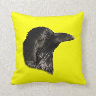 Retrato del cuervo almohada