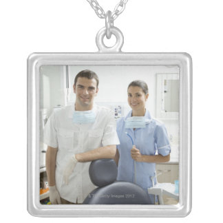 Retrato del dentista y de su ayudante en a colgante personalizado