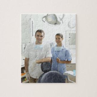 Retrato del dentista y de su ayudante en a rompecabezas