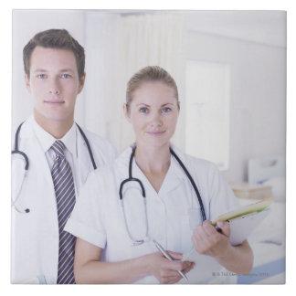 Retrato del doctor y de la enfermera en hospital azulejo cuadrado grande