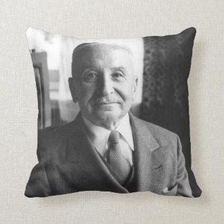 Retrato del economista austríaco Ludwig von Mises Cojín