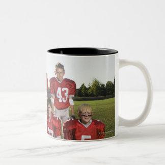 Retrato del equipo de fútbol de la juventud en cam tazas de café