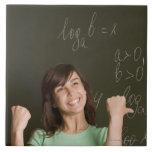 retrato del estudiante feliz delante de teja cerámica