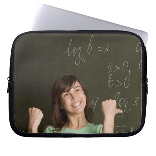 retrato del estudiante feliz delante de manga portátil