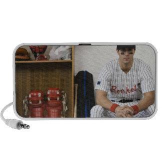 Retrato del jugador de béisbol que se sienta en ar PC altavoces