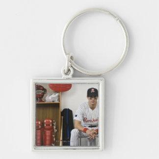 Retrato del jugador de béisbol que se sienta en ar llavero cuadrado plateado