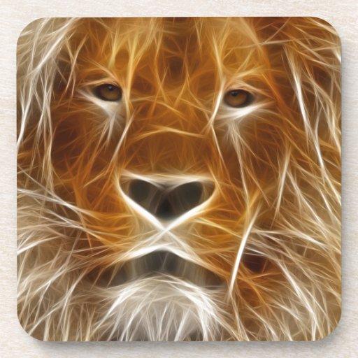 Retrato del león que brilla intensamente posavasos de bebida